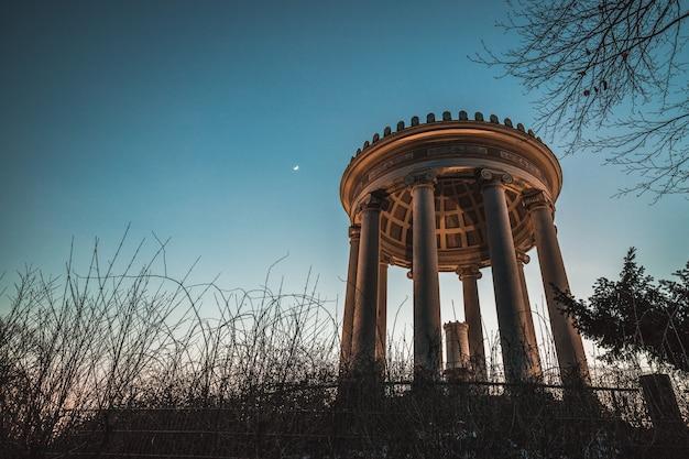 Temple monopteros dans le jardin anglais avec la lune en arrière-plan, munich bavière, allemagne