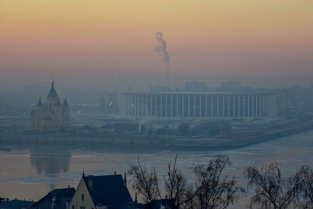 Temple, nijni novgorod. coucher de soleil d'hiver