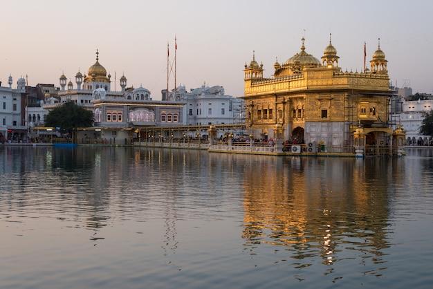 Le temple d'or d'amritsar, au pendjab, en inde, est l'icône la plus sacrée et le lieu de culte de la religion sikh.