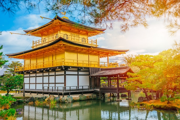 Temple d'or au japon, pavillon d'or kinkaku-ji temple zen bouddhiste voyage monument à kyoto, au japon.