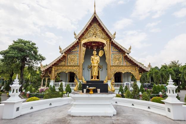 Temple d'or et statue en thaïlande