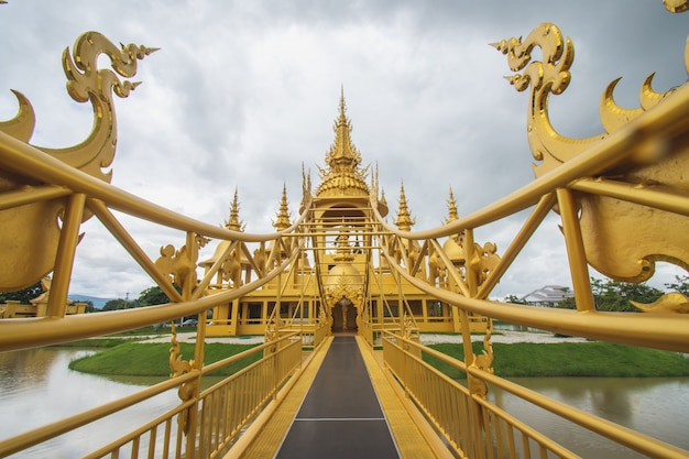 Temple d'or à wat rong khun (temple blanc), chiang rai, nord de la thaïlande