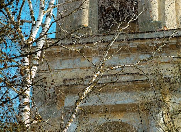 Temple orthodoxe russe en toile de fond de printemps