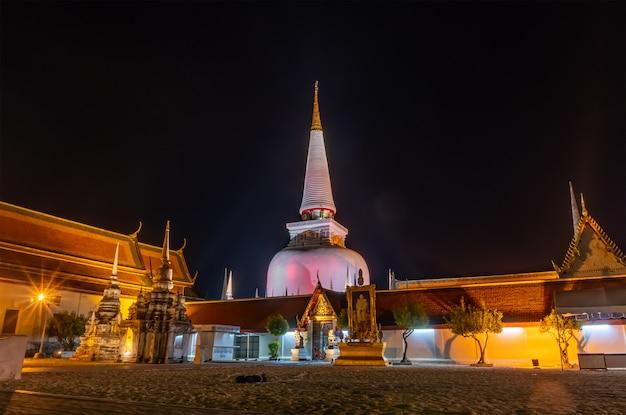 Temple avec pagode dans le ciel nocturne, public en thaïlande
