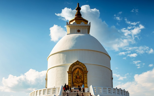 Temple paisible de bouddha, santi stupa, pokhara, népal.