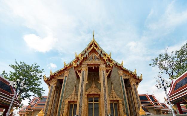 Temple public thaïlandais pour le tourisme à la lumière du jour
