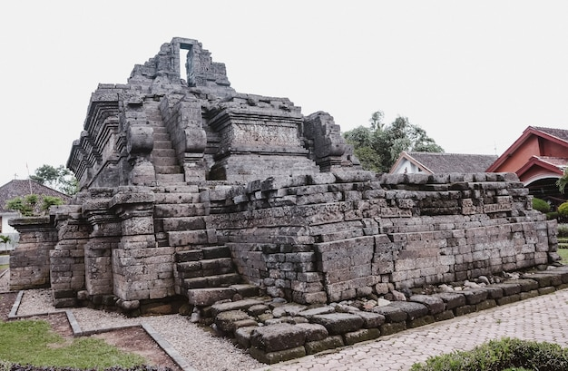Temple de la relique kingdom singasari dans le village de tumpang, malang, indonésie