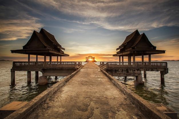 Temple solitaire abandonné sur l'océan avec horizon de la côte après le coucher du soleil