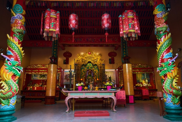 Temple avec une table avec des décorations