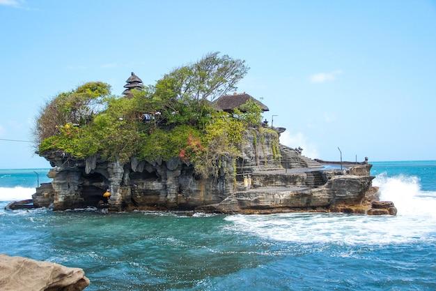 Le temple de tanah lot avec de fortes vagues vues d'en bas. indonésie
