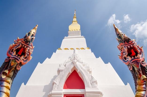 Temple thaïlandais avec des statues de dragon