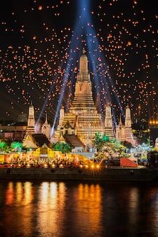 Temple wat arun dans la célébration du nouvel an dans la ville de bangkok