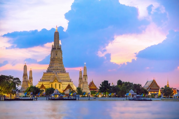 Temple wat arun pendant le coucher du soleil à bangkok, en thaïlande, l'un des monuments célèbres de bangkok, thaila