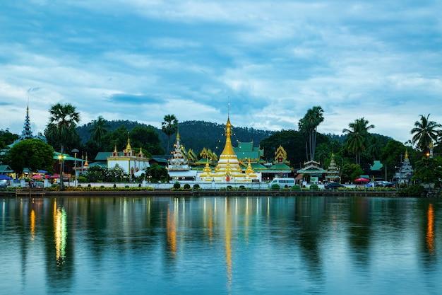 Temple wat chong kham mae hong son à mae hong son, thaïlande.