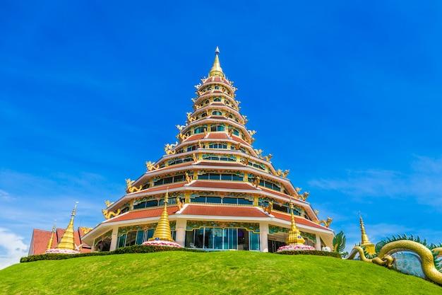 Temple wat huay pla kung avec le symbole du dragon à chiang rai en thaïlande.