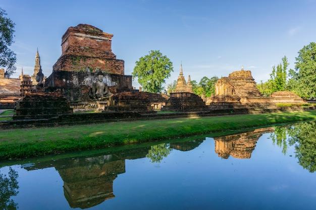 Temple wat mahathat dans l'enceinte du parc historique de sukhothai