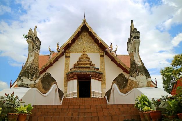 Temple wat phumin avec l'escalier naga