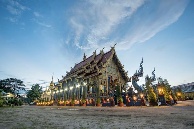 Le temple wat rong sua ten est le lieu célèbre de chiangrai