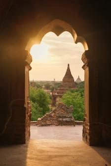 Temples antiques à bagan au lever du soleil