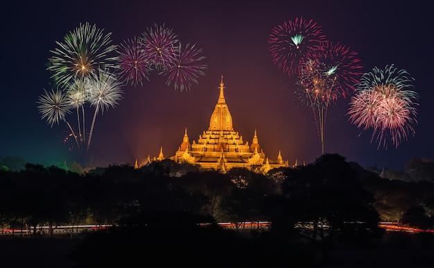 Temples antiques à bagan au soir avec feux d'artifice, myanmar