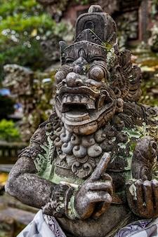 Temples de bali, belle sculpture en pierre, indonésie.