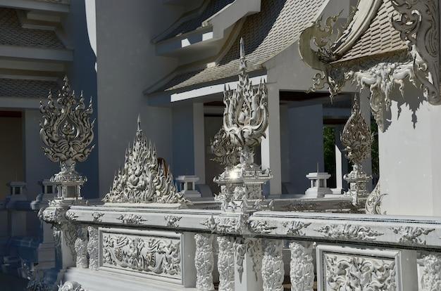 Temples et bâtiments arts culturels thaïlandais dans un style contemporain à wat rong khun, province de chiang rai, thaïlande