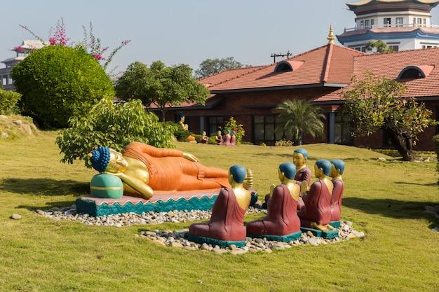 Temples bouddhistes à lumbini avec des statues illustrant la vie de siddharta