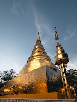 Temples Et Pagodes Thaïlandais D'or, Wat Phra Singh Chiangmai Photo Premium