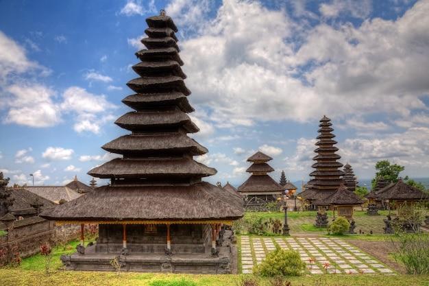 Temples thaïlandais dans un paysage naturel