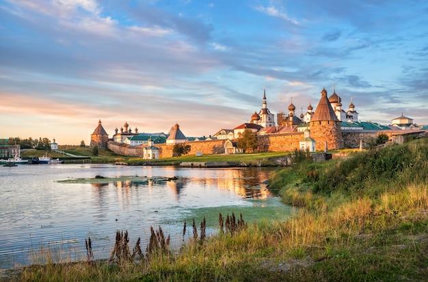 Temples et tours du monastère solovetsky sur les îles solovetsky et le rivage herbeux