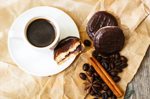 Temps de café avec une tasse de café et des biscuits