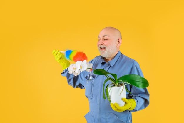 Temps de compensation homme barbu en uniforme avec équipement de nettoyage service domestique