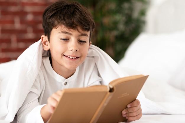 Temps de cours avec un jeune garçon souriant