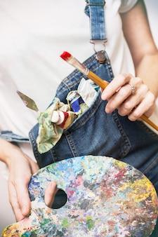 Temps de créativité. fille peintre tient un pinceau