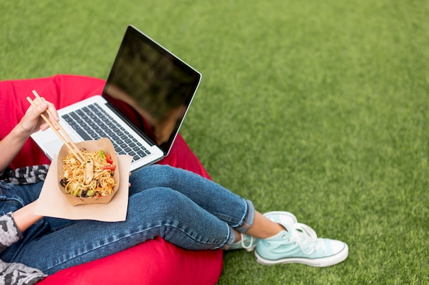 Temps de détente et manger dans le parc