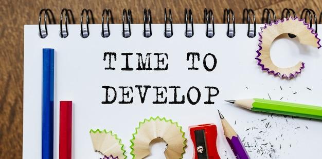 Temps de développer le texte écrit sur un papier avec des crayons au bureau