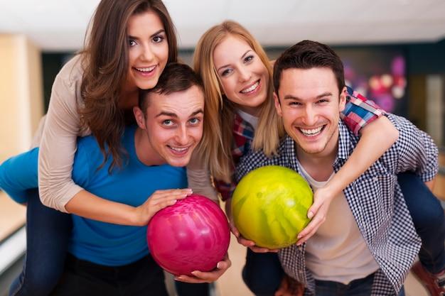 Temps drôle avec des amis au bowling