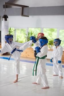 Le temps du combat. des garçons et des filles actifs et talentueux se battent tout en étudiant les arts martiaux