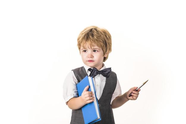 Temps d'école garçon avec bloc-notes retour à l'école éducation d'écolier septembre copie espace science