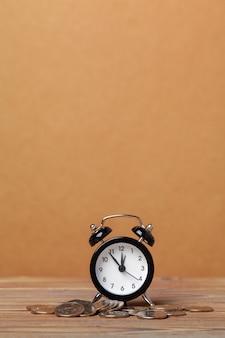 Le temps c'est de l'argent, horloge de table avec des pièces