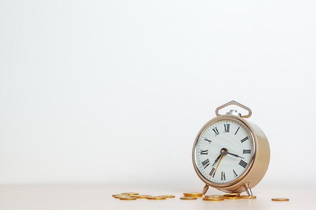 Le temps, c'est de l'argent, horloge de table avec des pièces