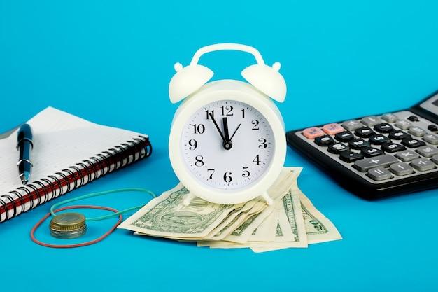 Le temps, c'est de l'argent. perte de temps et d'argent. réveil, calculatrice, dollars, bloc-notes.
