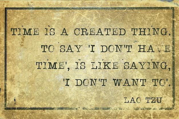 Le temps est une chose créée - ancienne citation du philosophe chinois lao tzu imprimée sur du carton vintage grunge