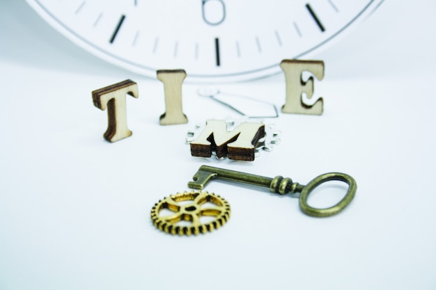 Le temps est concept, vieille horloge sur un mur