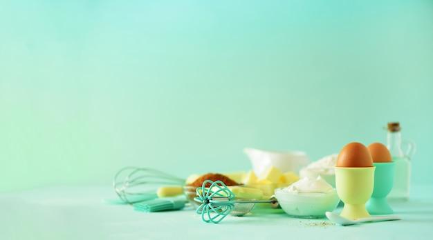 Temps de faire cuire. ingrédients de cuisson - beurre, sucre, farine, œufs, huile, cuillère, rouleau à pâtisserie, pinceau, fouet, lait