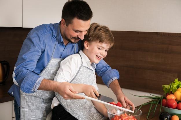 Temps familial en angle élevé dans la cuisine
