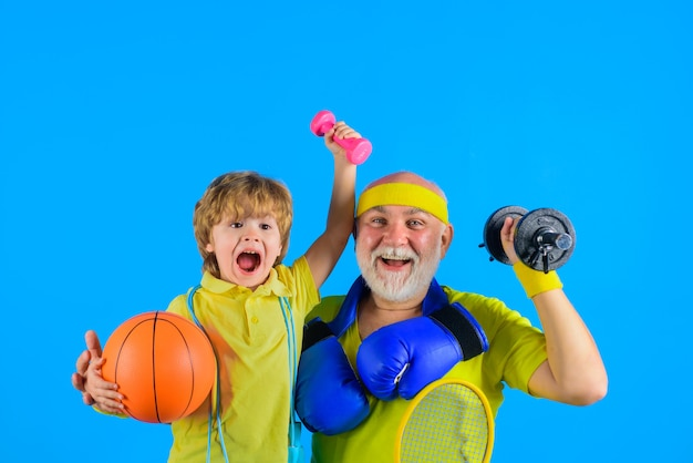 Temps de famille grand-père et enfant sport portrait de famille sportive de grand-père et fils en bonne santé