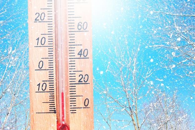 Temps froid en hiver - 10 degrés celsius. thermomètre en hiver