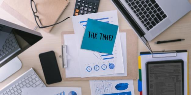 Le temps des impôts planifier de l'argent comptabilité financière fiscalité de l'homme d'affaires économie fiscale remboursement de l'argent