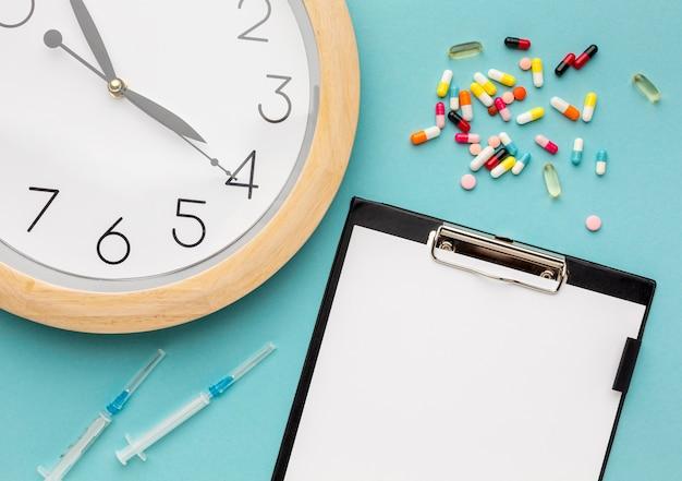 Temps de médication avec presse-papiers